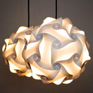 Zwei Pappla Papierlampen